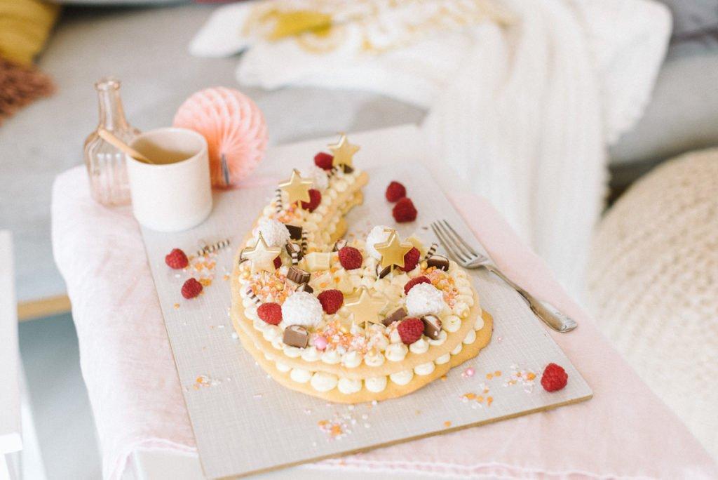 Zahenkuchen mit goldenen Sternen zum Geburtstag