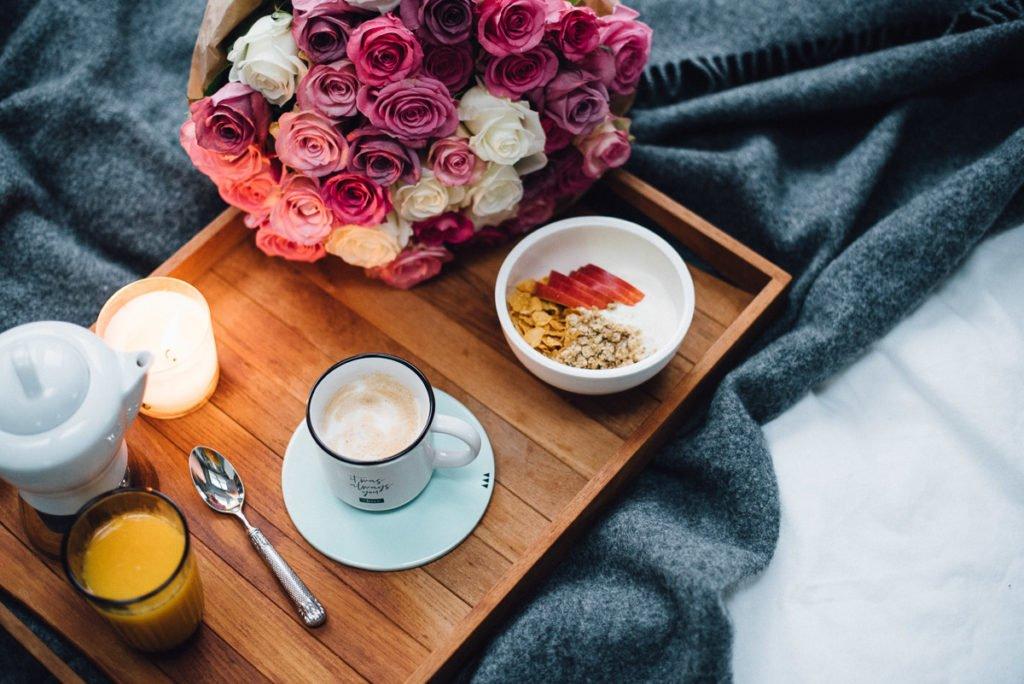 Frühstück im Bett mit Rosen