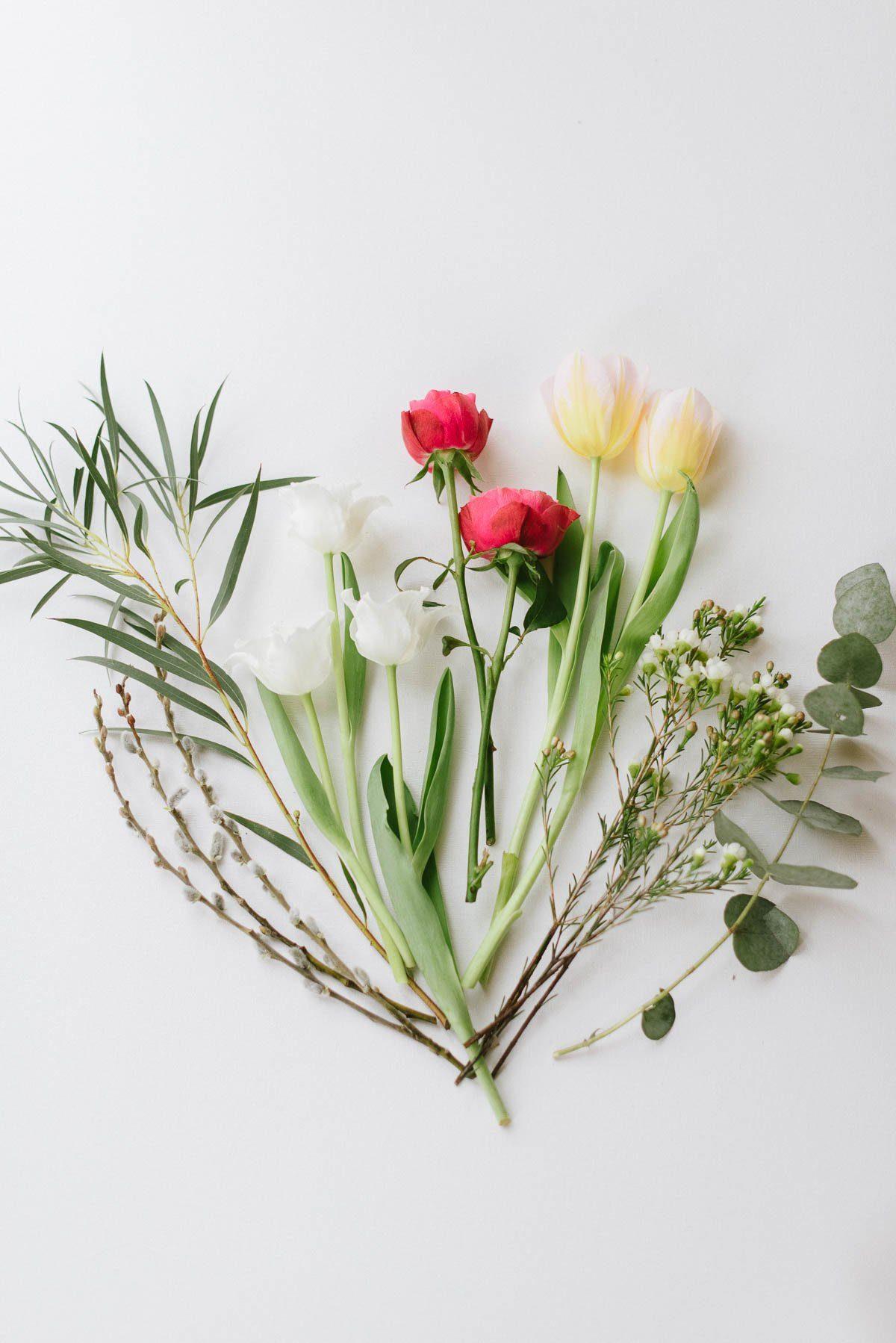 Blumen für den Frühlüngsstrauß mit Tulpen
