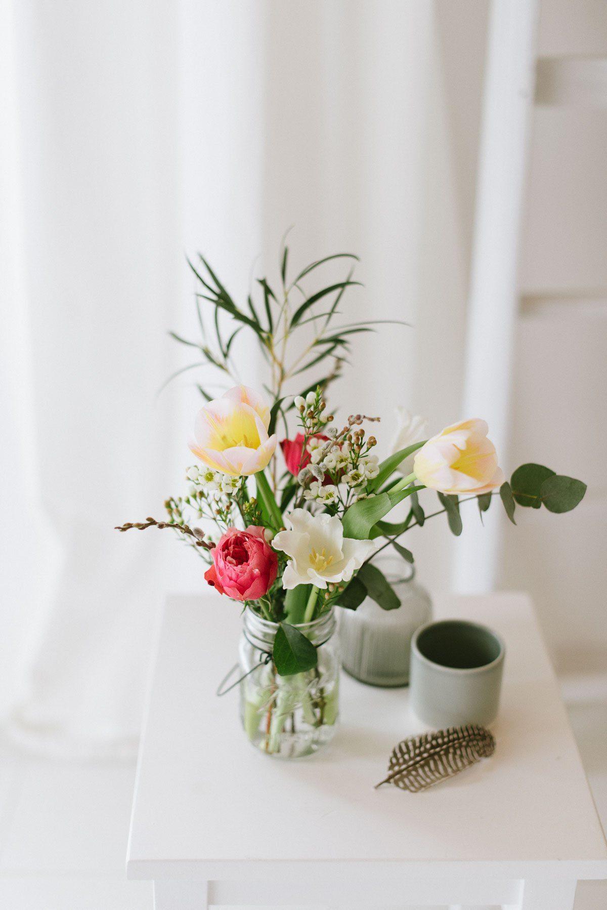 Blumenstrauß im Glas als Tischdeko