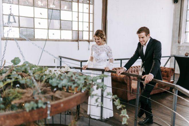 Industrial Style Trauung Location mit Brautpaar
