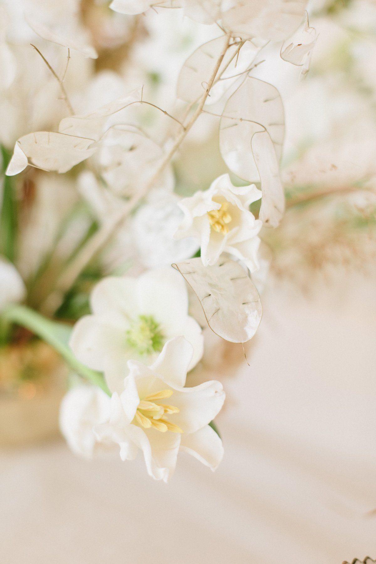 Hochzeitsblumen und Brautstrauß mit Trockenblumen