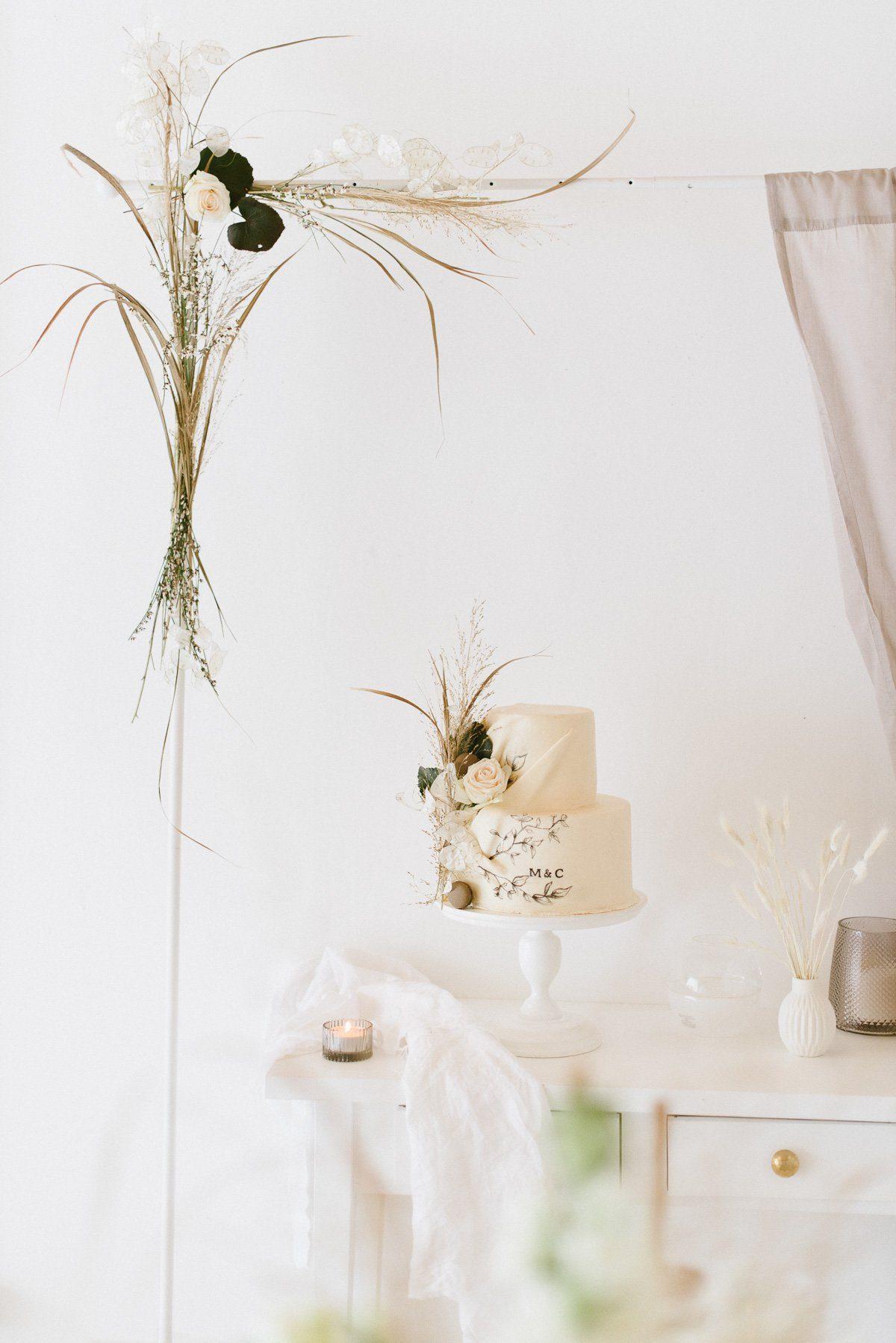 Boho Hochzeitstorte mit Trockenblumen