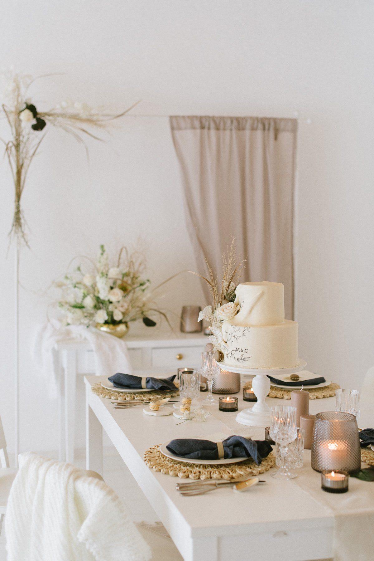 Tischdeko einer natürlich eleganten Hochzeit mit Trockenblumen
