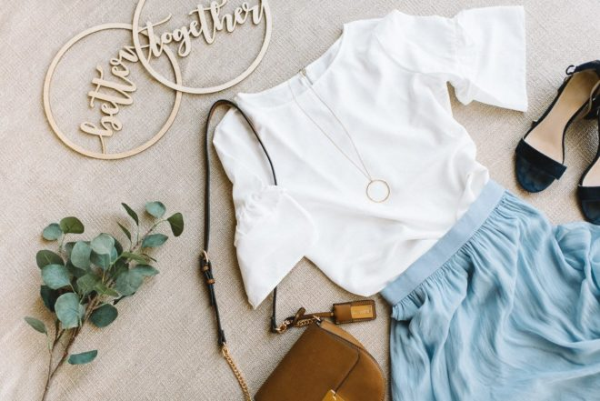 Outfittipps für Hochzeitsgäste - hellblauer Seidenrock mit weißer Bluse und Sandalan