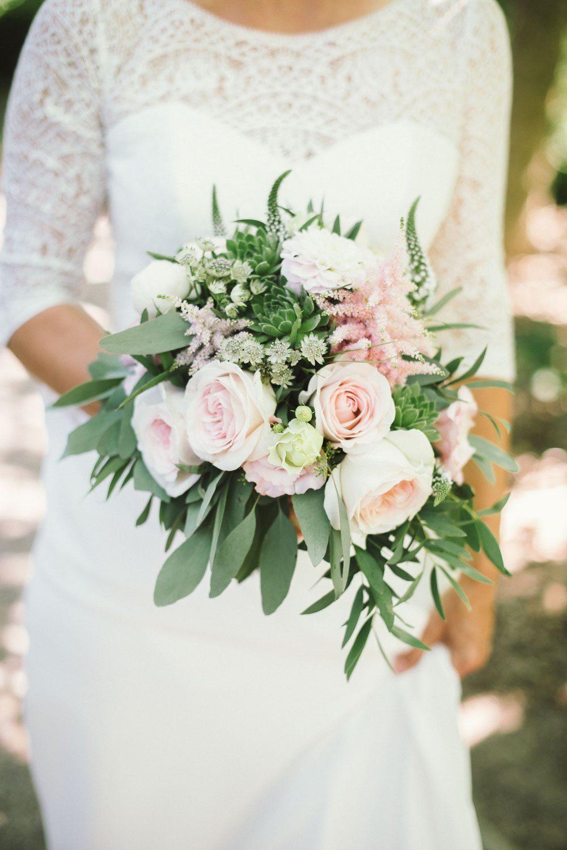 Boho Brautstrauß mit Eukalyptus und Rosen