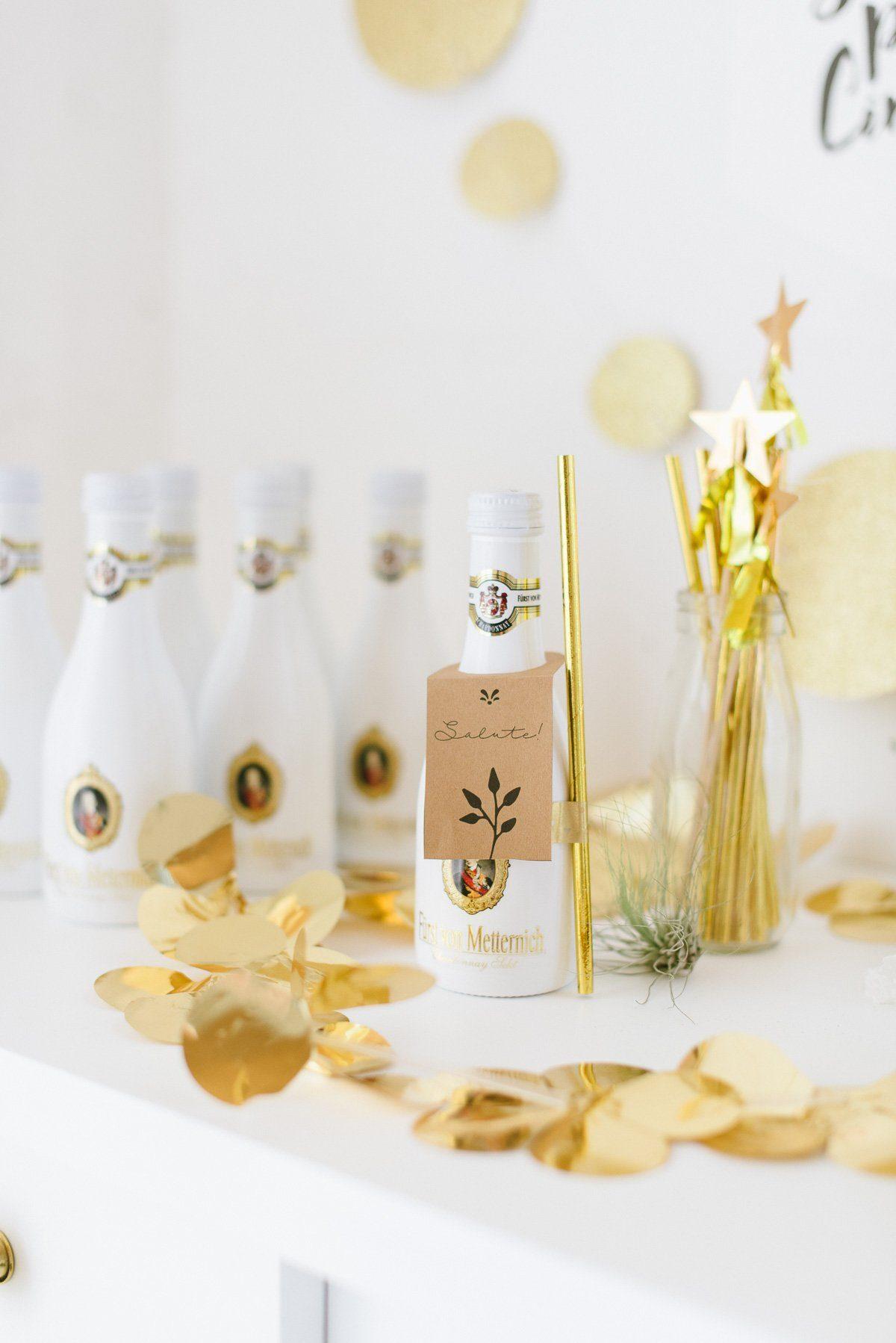 Gastgeschenk: Getränk mit Flaschenanhaenger