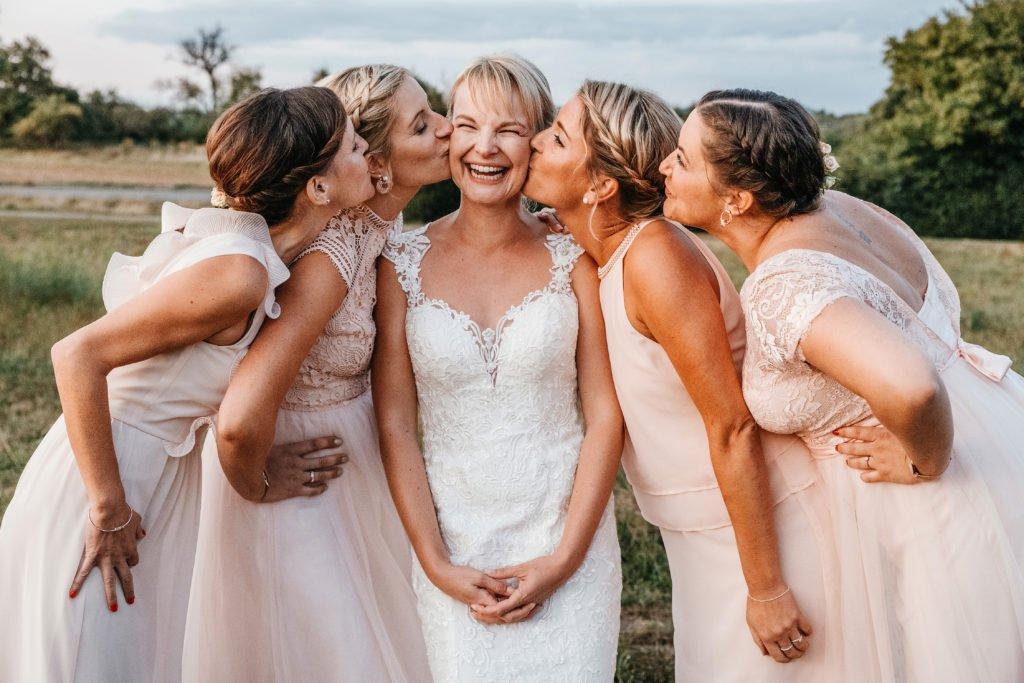 Braut mit ihren brautjungfern am Hochzeitstag