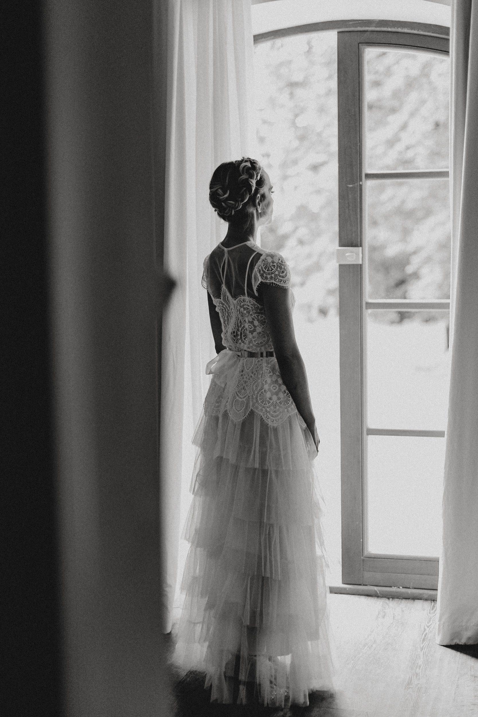 Getting ready Braut am Fenster
