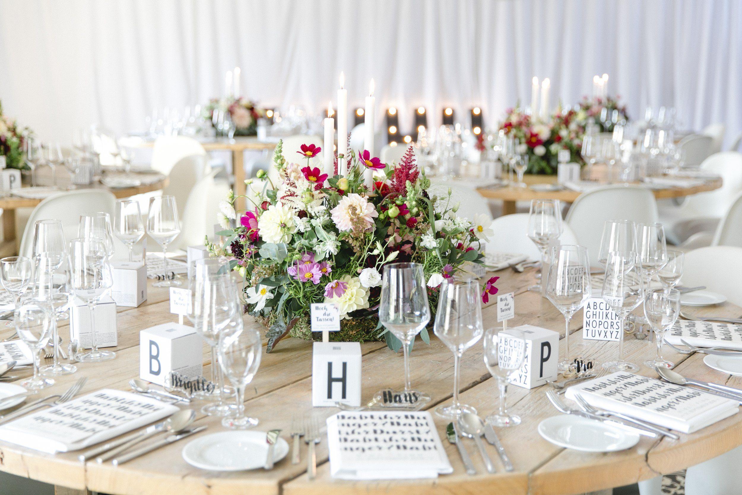 Hochzeitstisch mit üppiger Blumendeko