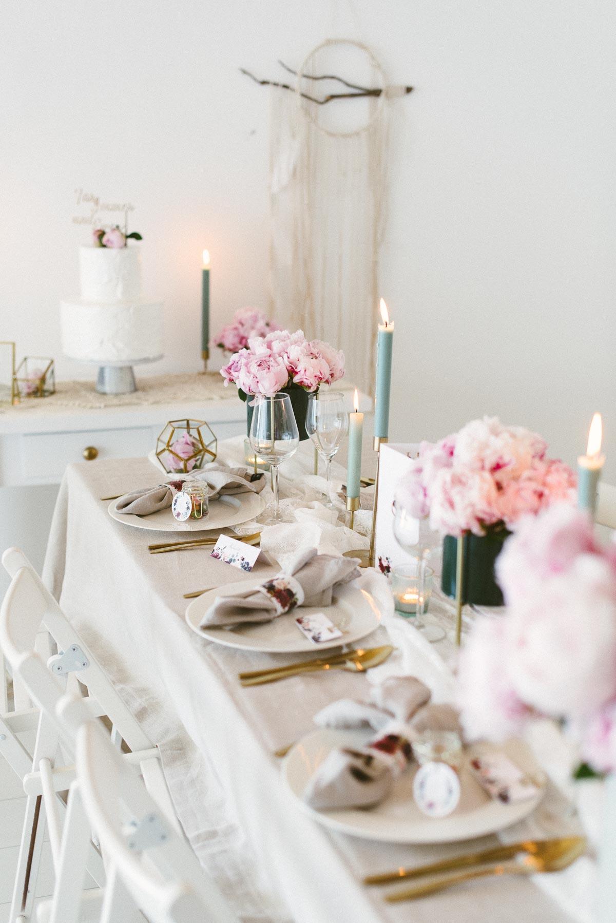 Tischdekoration zur Hochzeit mit rosa Pfingstrosen