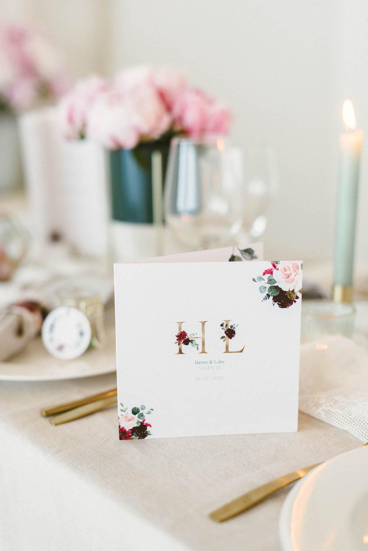 Einladung Burgundy mit floralem Muster
