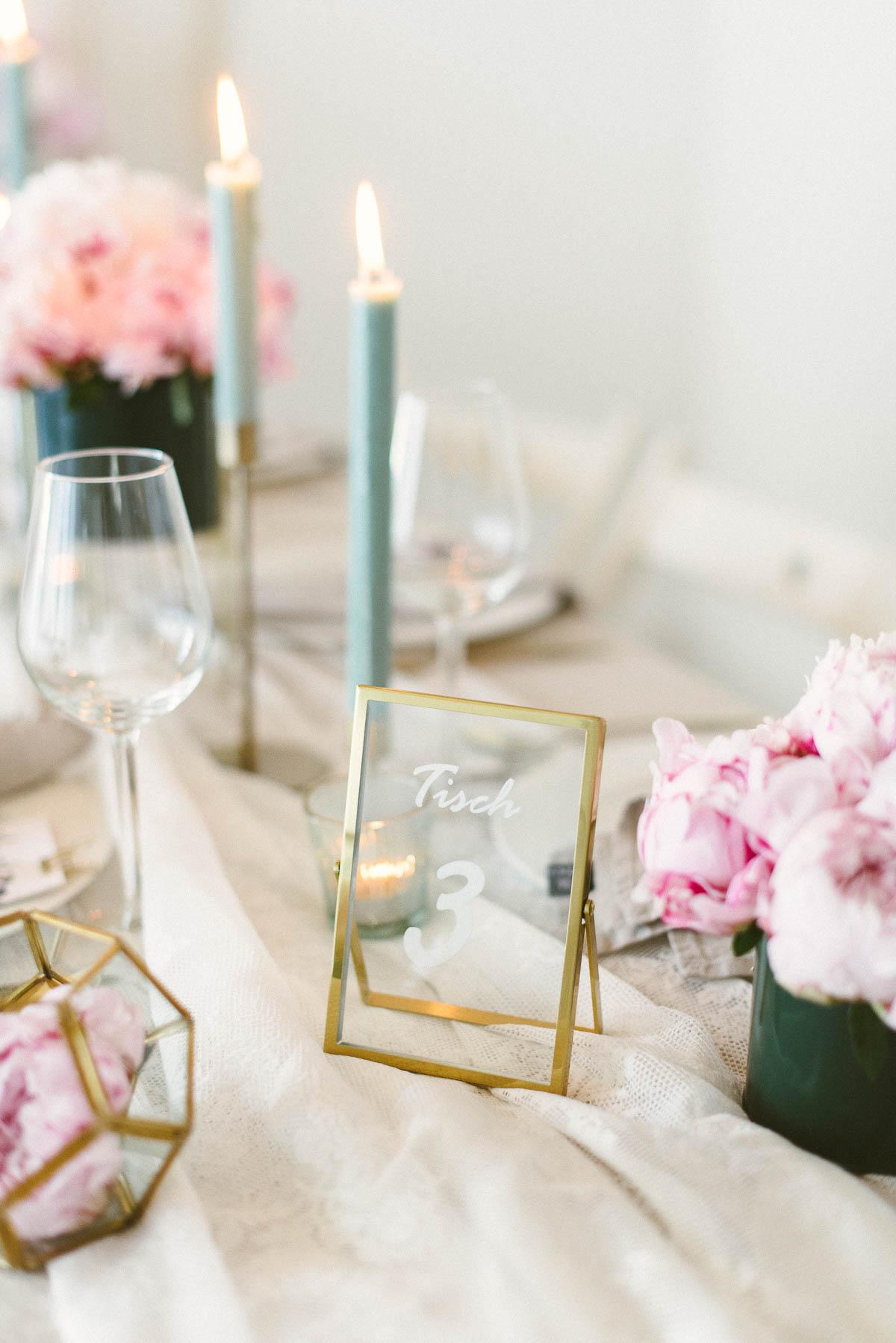Tischnummer in goldenem Rahmen