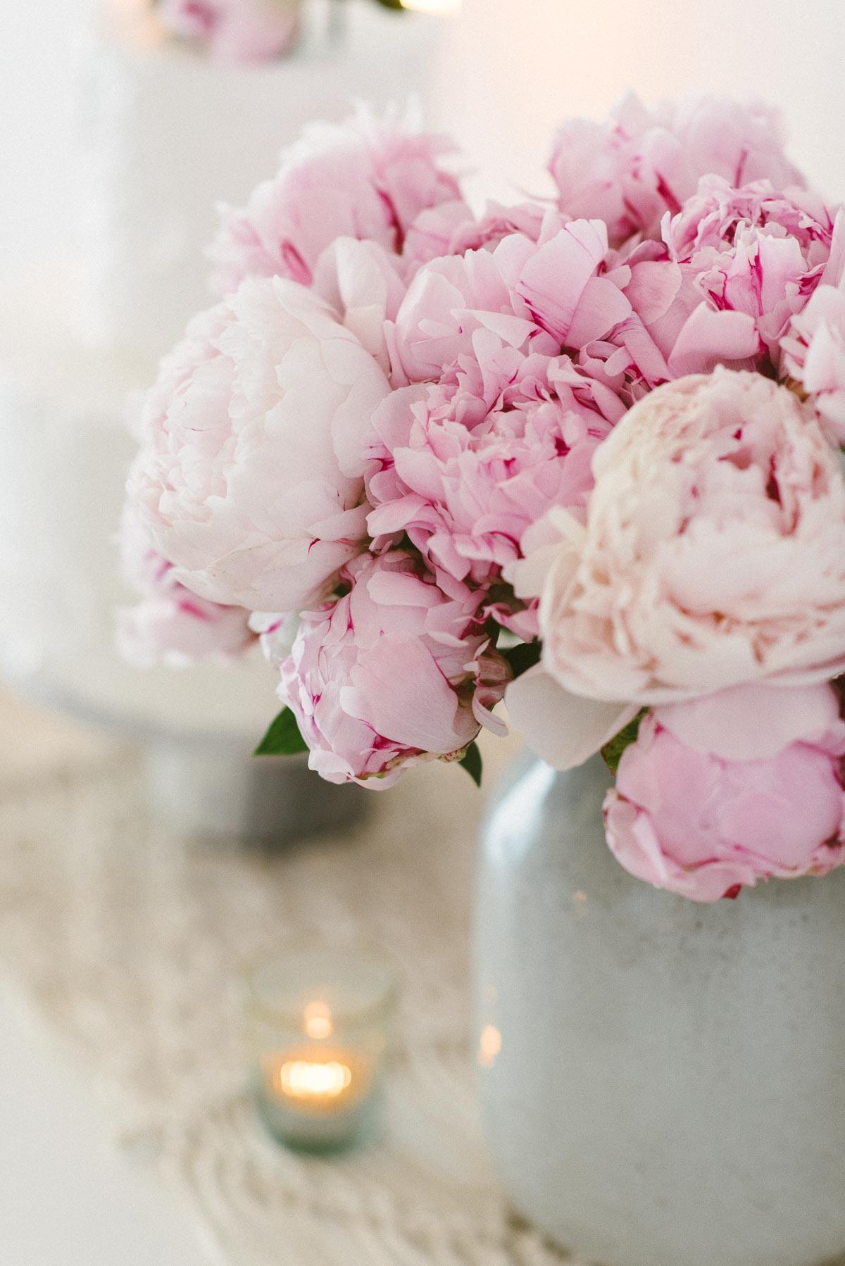 üppige rosa Pfingstrosen im Brautstrauß