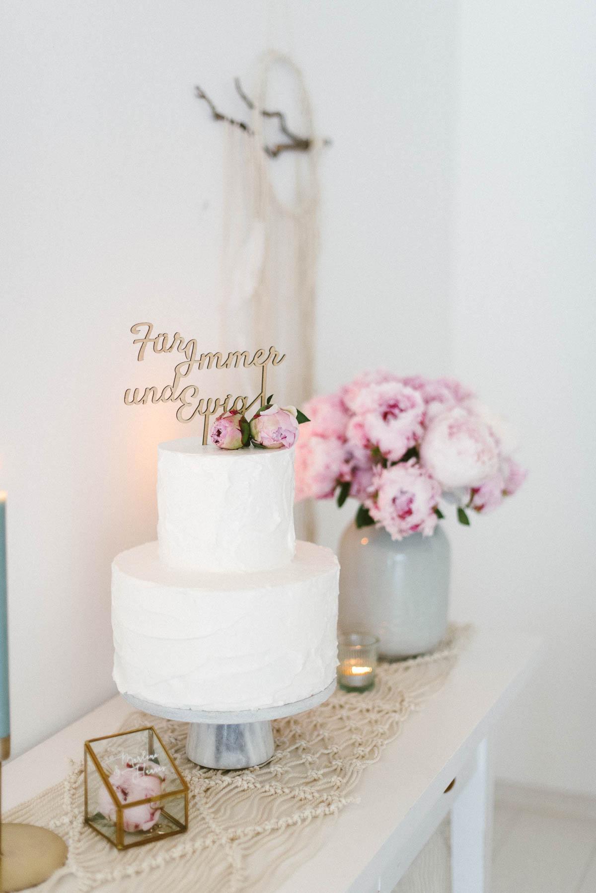 Hochzeitstorte mit Pfingstrosen
