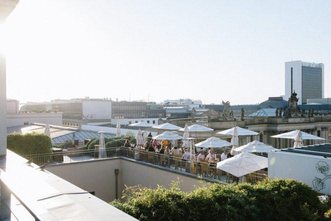 Dachterrasse des Hotel de Rome mit Blick über Berlin