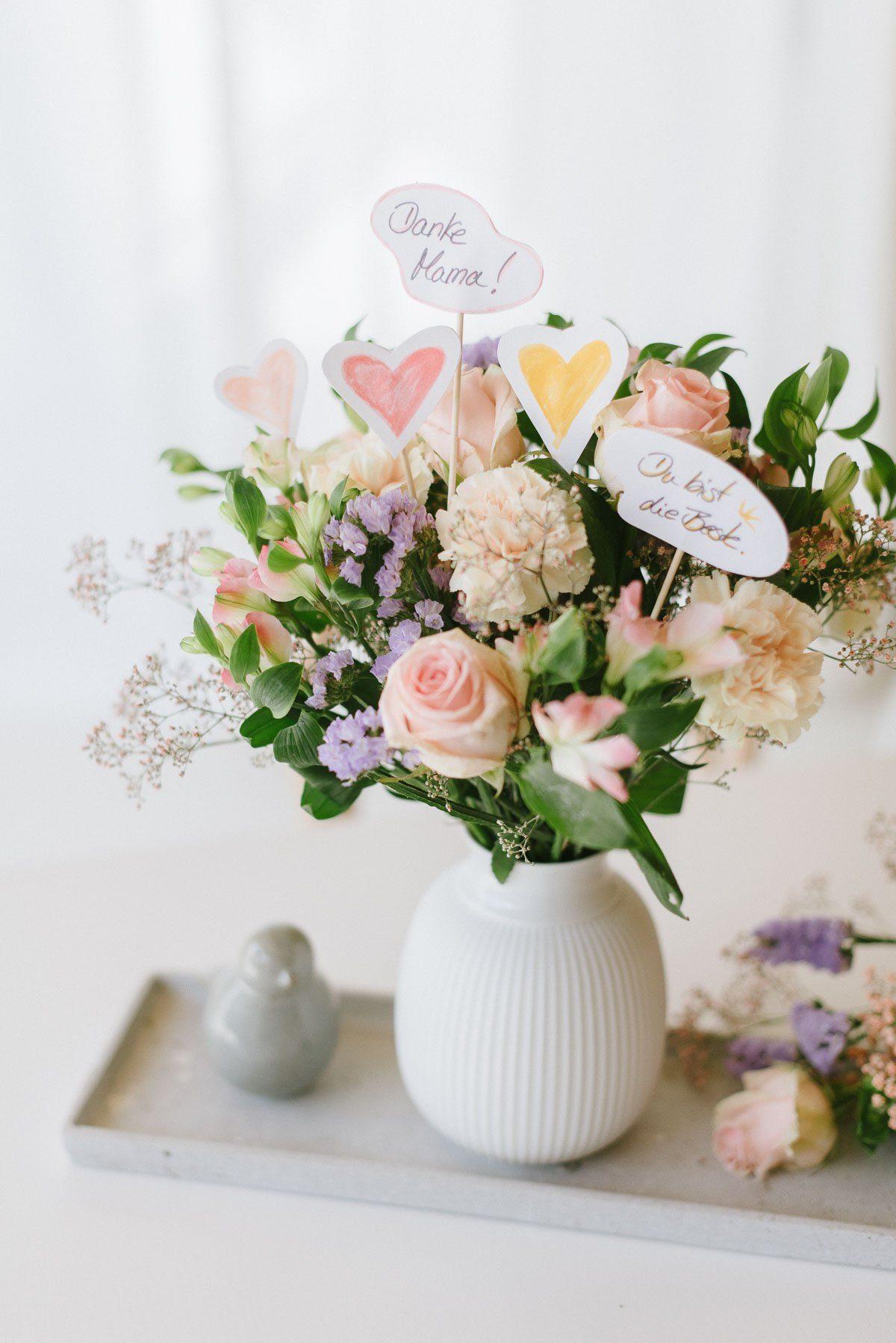 Blumenstrauß für Muttertag mit selbst gemachten Toppern