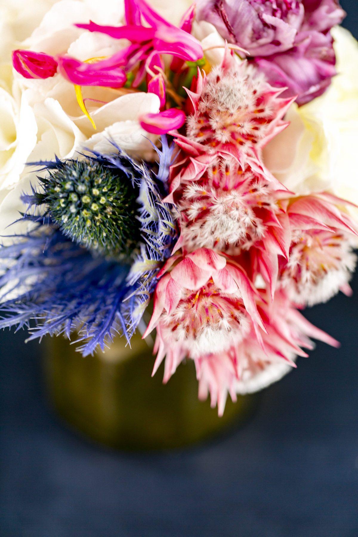 Farbenfrohe Blumengestecke