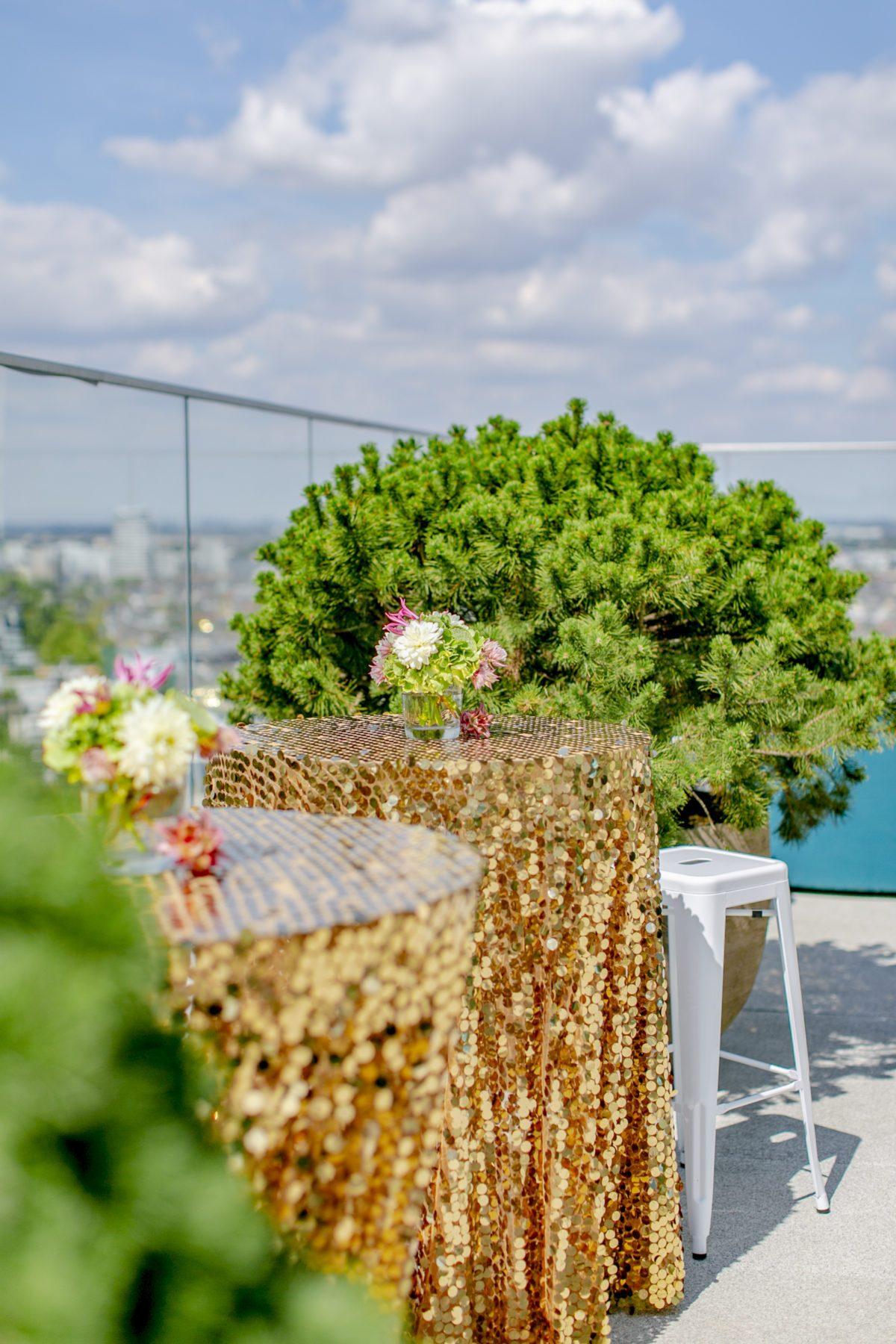 Paillettentischdecken auf Stehtischen beim Empfang auf der Dachterrasse