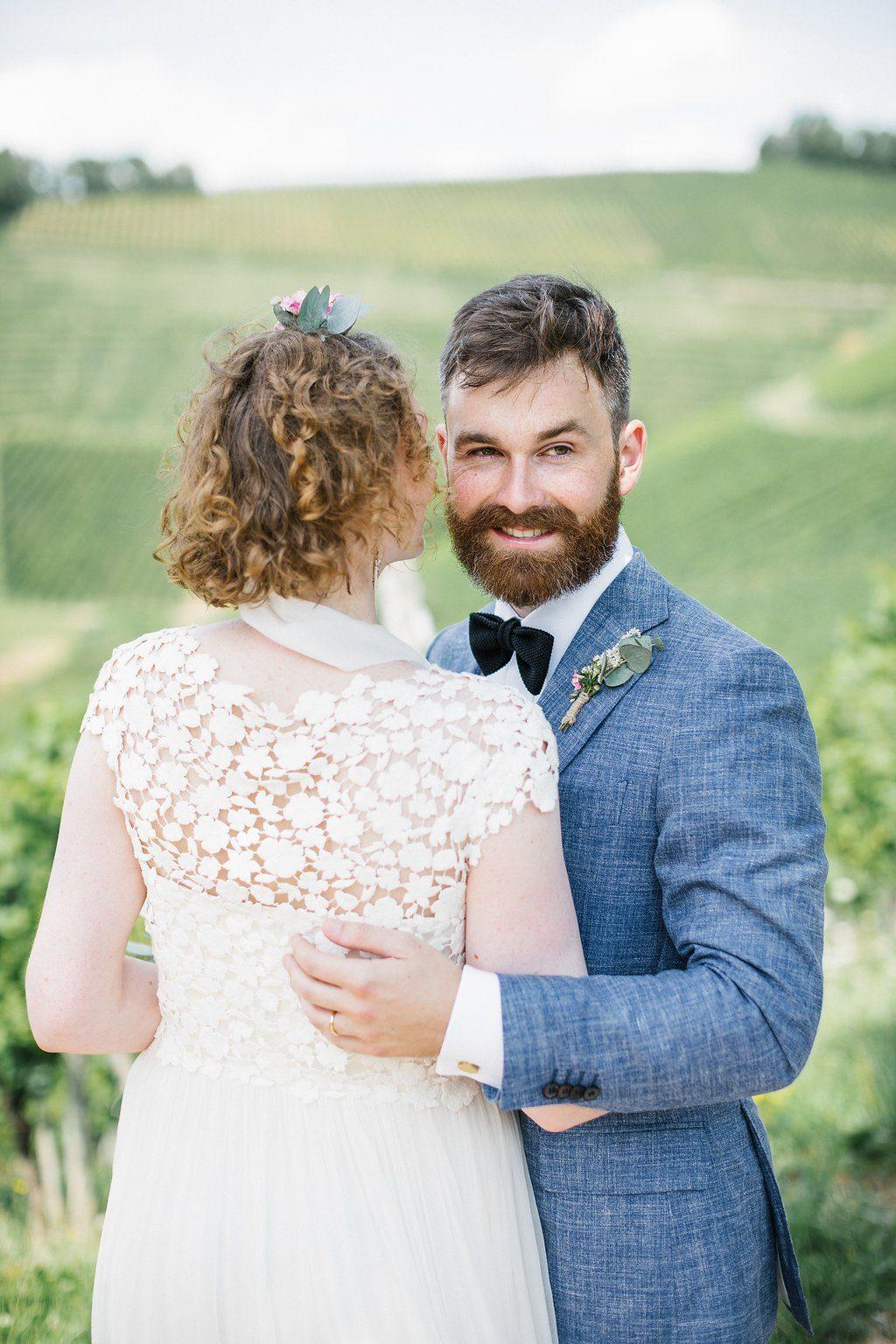Bräutigam mit blauem Sakko und Bart