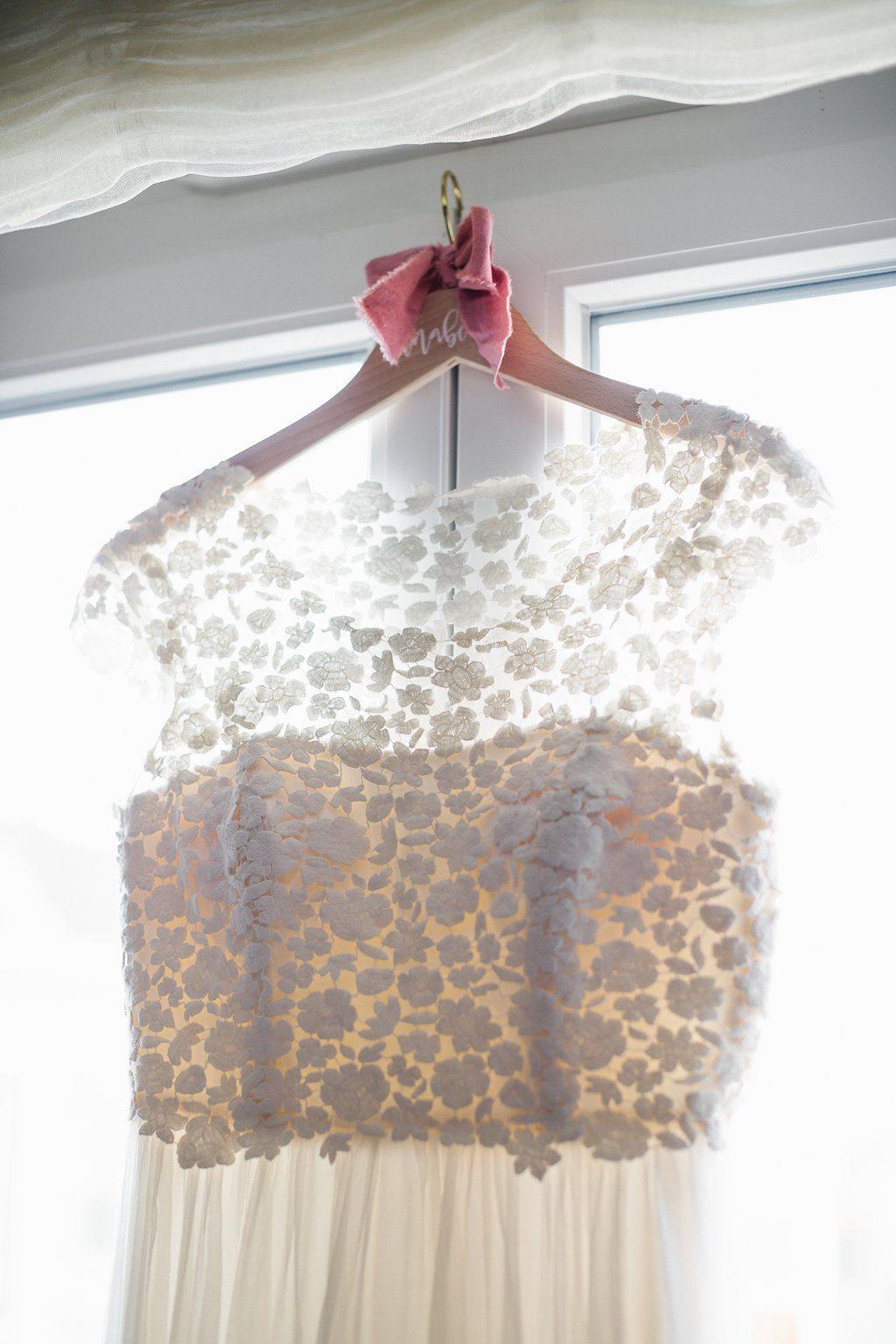 Hängendes Brautkleid auf Bügel