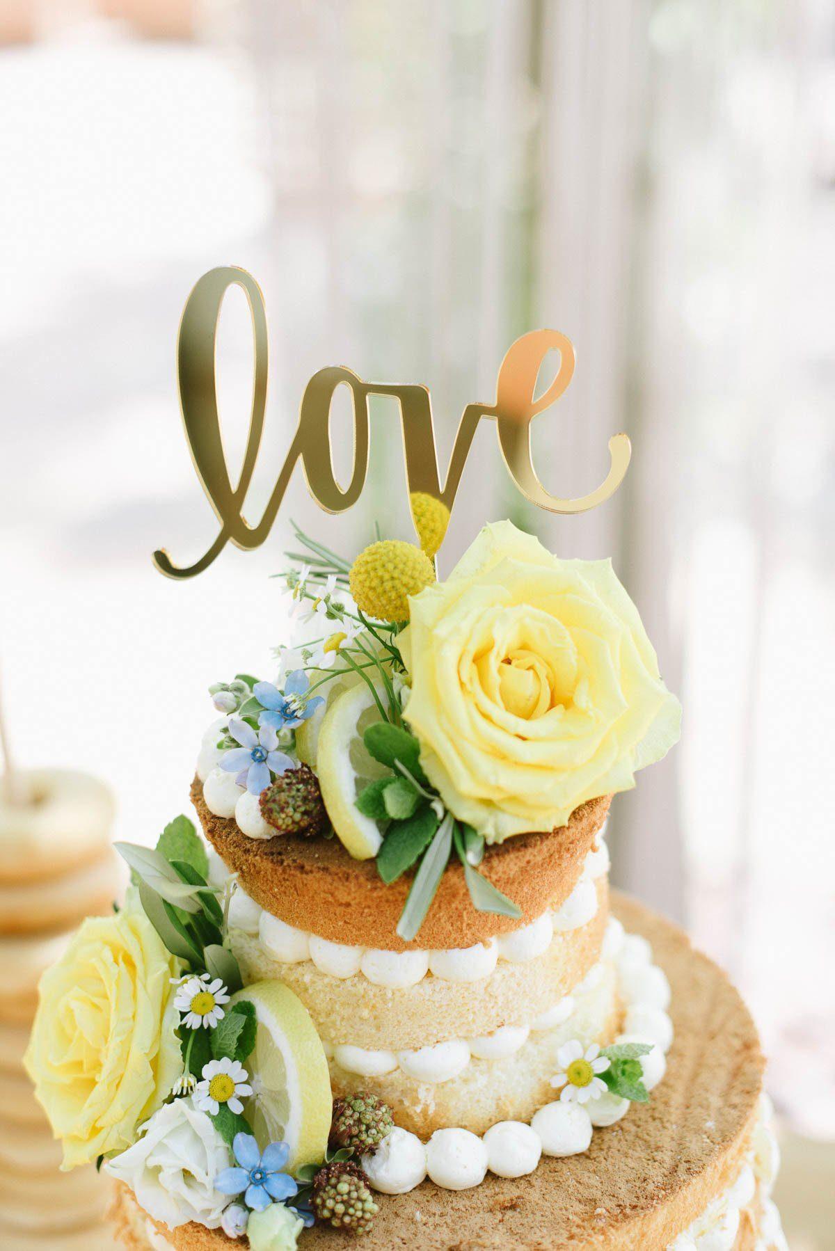 Cake Topper Love Gold auf Hochzeitstorte
