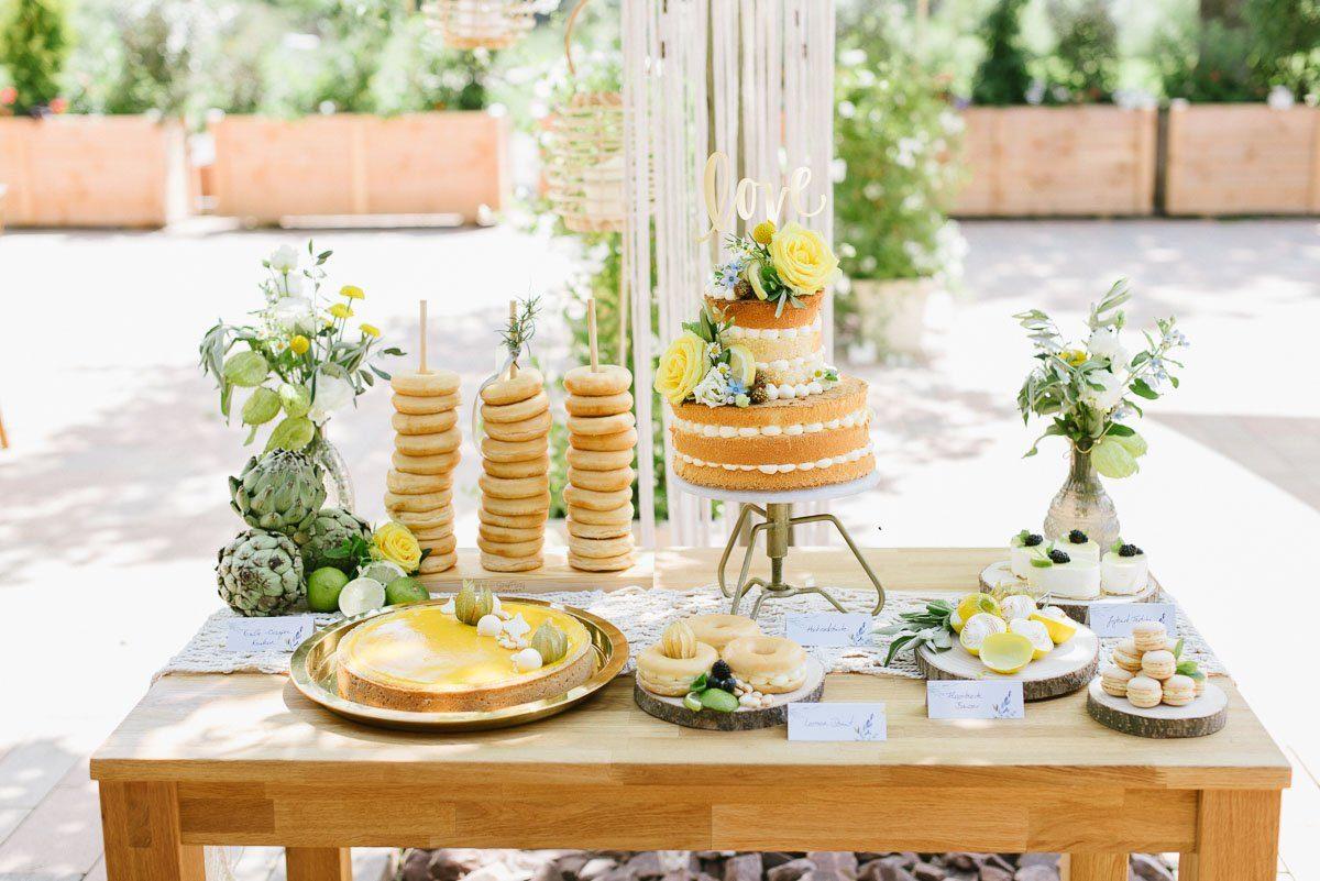 Kuchenbuffet mit Hochzeitstorte