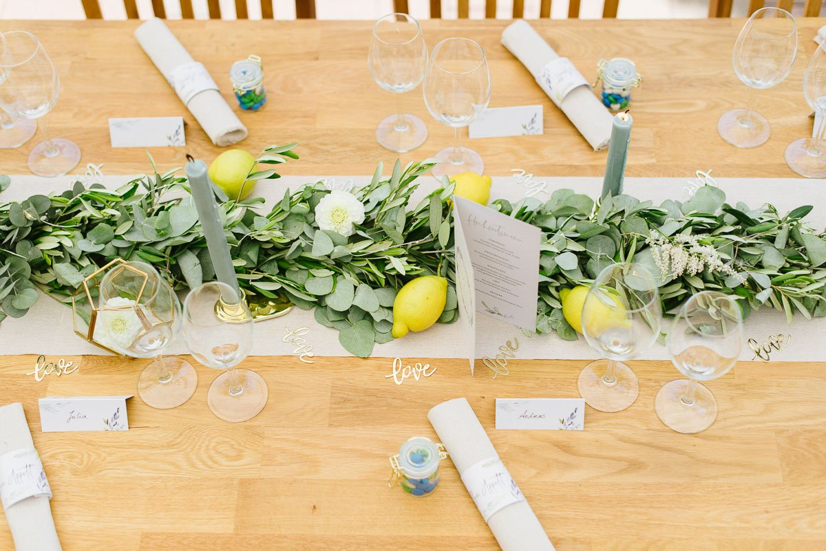 Tischdeko mit Girlande und frischen Zitronen