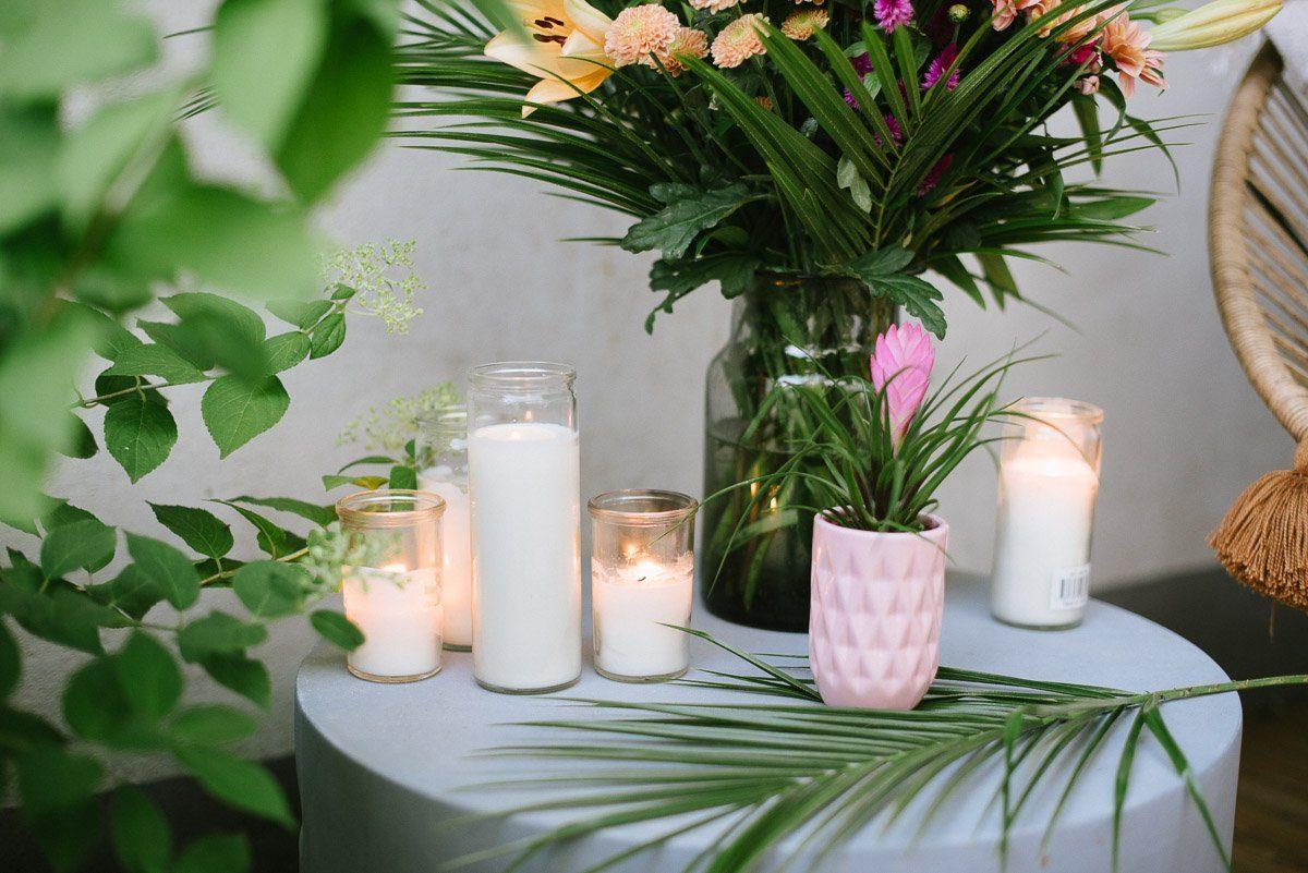 Kerzen im Glas am Abend