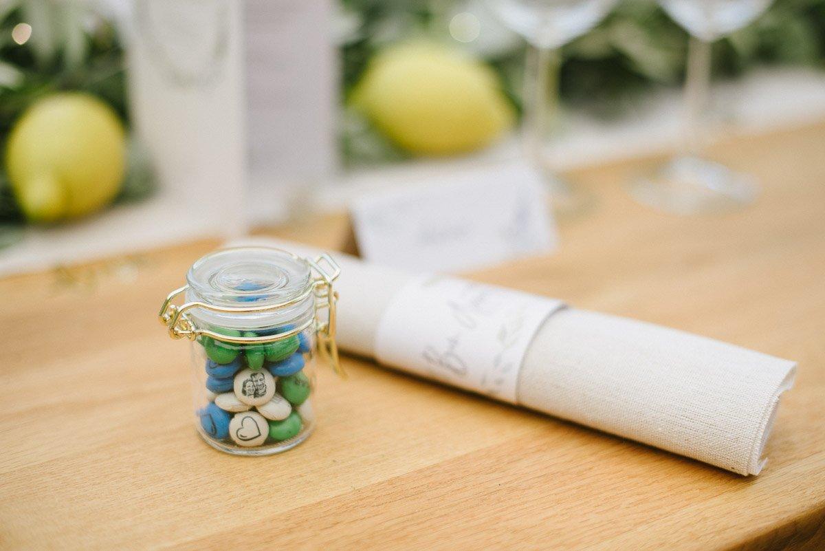 My m&ms bedrucken Gastgeschenk Hochzeit im Glas mit goldenem Verschluss
