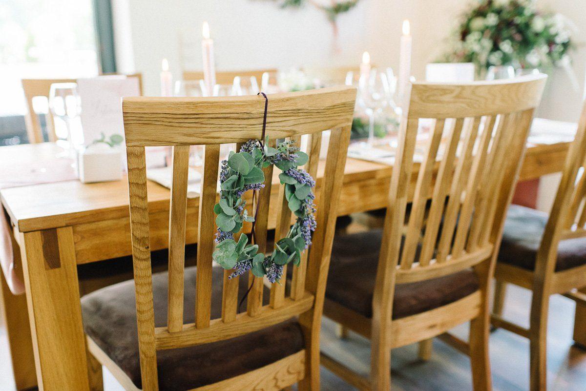 Lavendelkranz am Stuhl der Braut