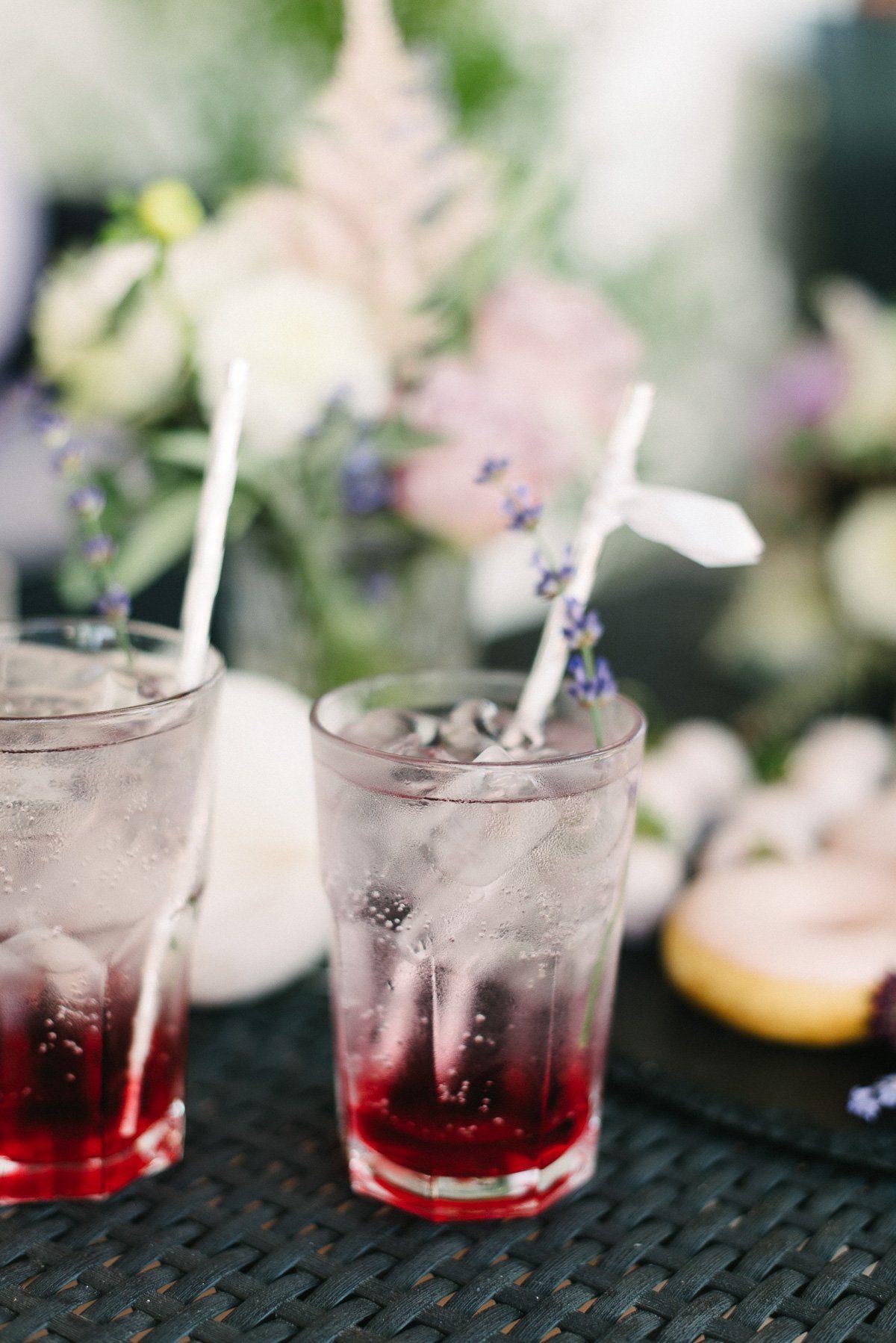 Brautstrauß mit lila Blumen, Lavendel und Rosen