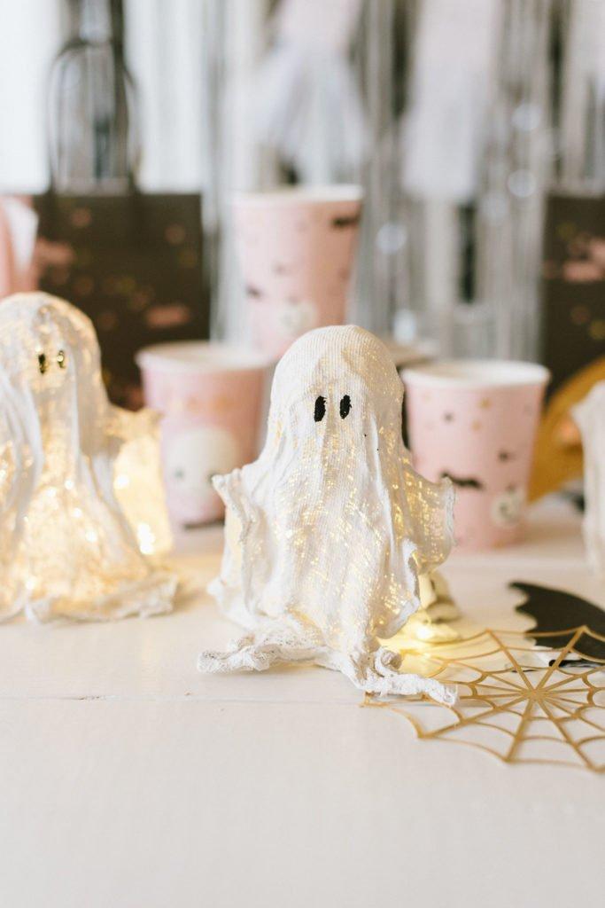 DIY Anleitung: Gipsgeister für Halloween selber machen. Süße Bastelidee für Kinder, in nur ca. 30 Minuten plus Trockenzeit.