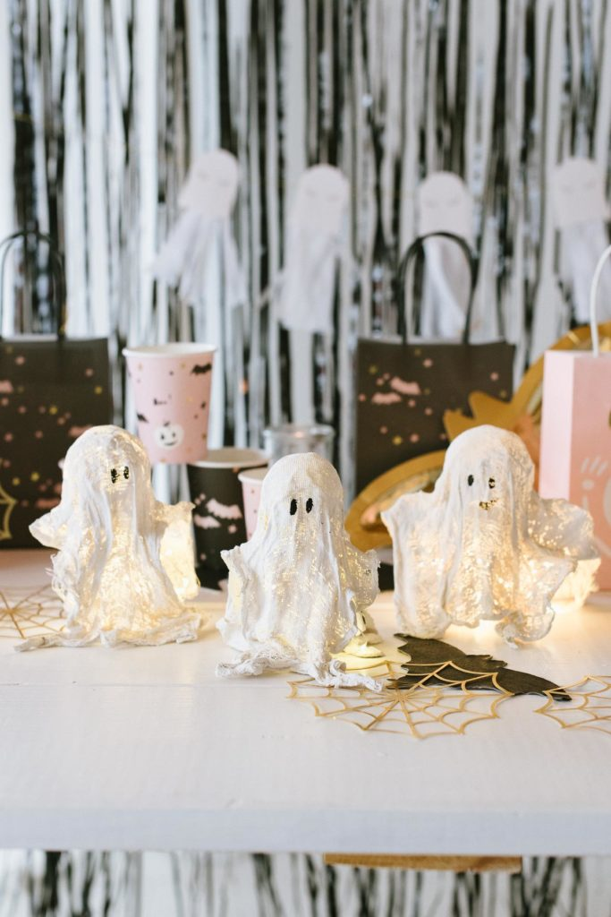 Anleitung: Geister aus Gips mit Kindern basteln