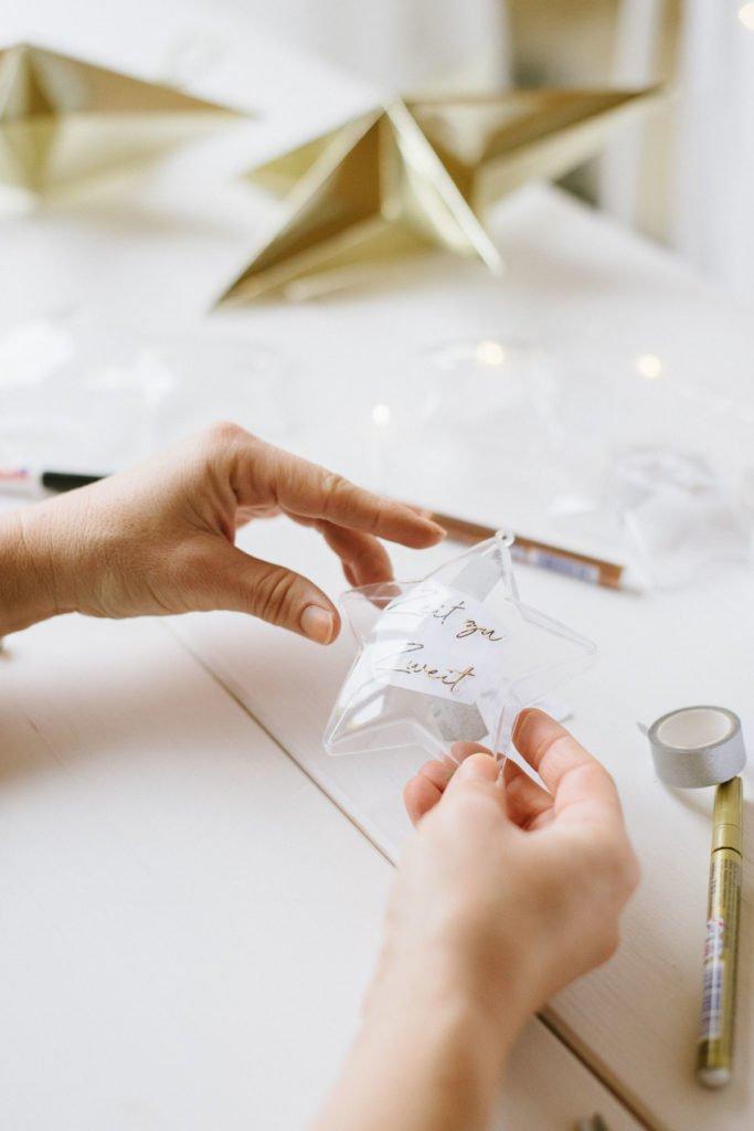 DIY: Silvester-Deko aus bemalten Kunststoff-Sternen