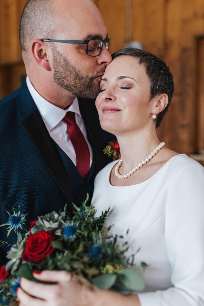 Winterelopement: Olga und Patricks Hochzeit ohne Gäste in den Bergen im Schnee. Wir zeigen euch ihre Hochzeit und erklären die trendigen Elopements.