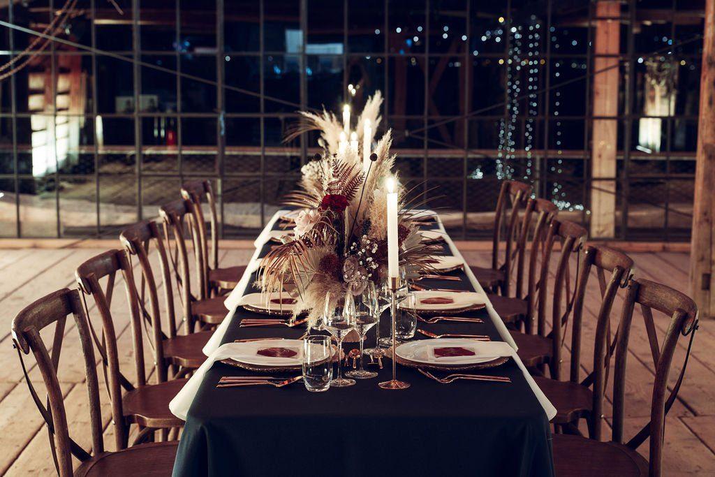 Tischdeko mit Pampagras im Bootshaus