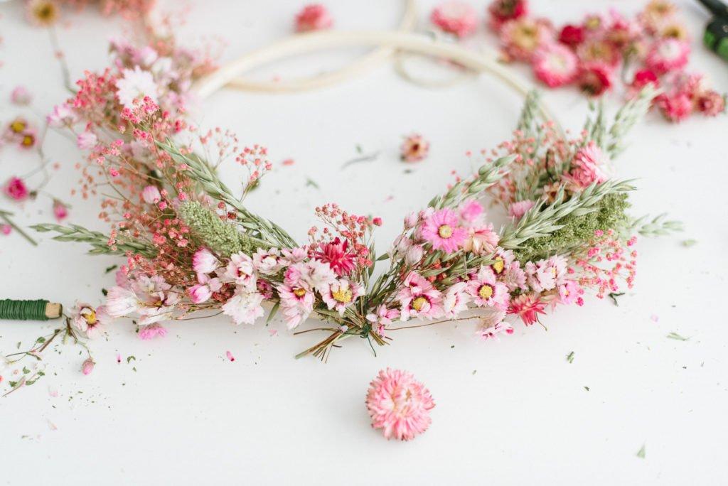 DIY-Anleitung: Kränze aus Trockenblumen binden