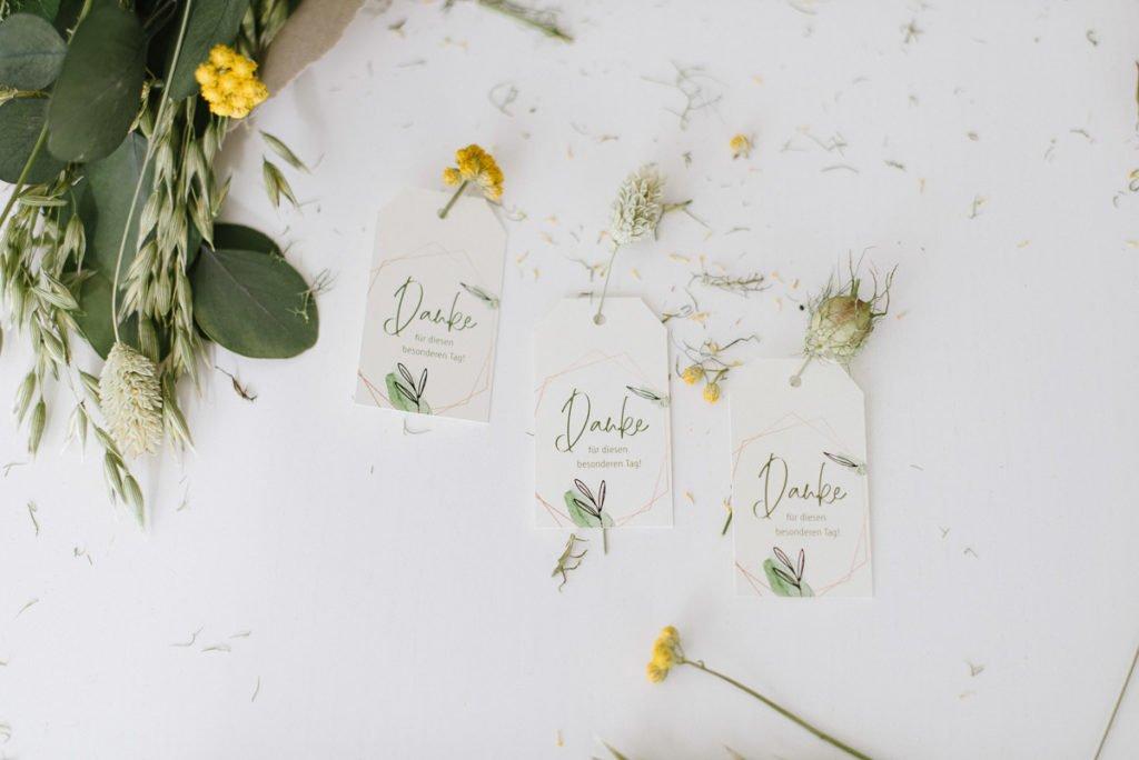 Geburtstagsdekoration mit Trockenblumen