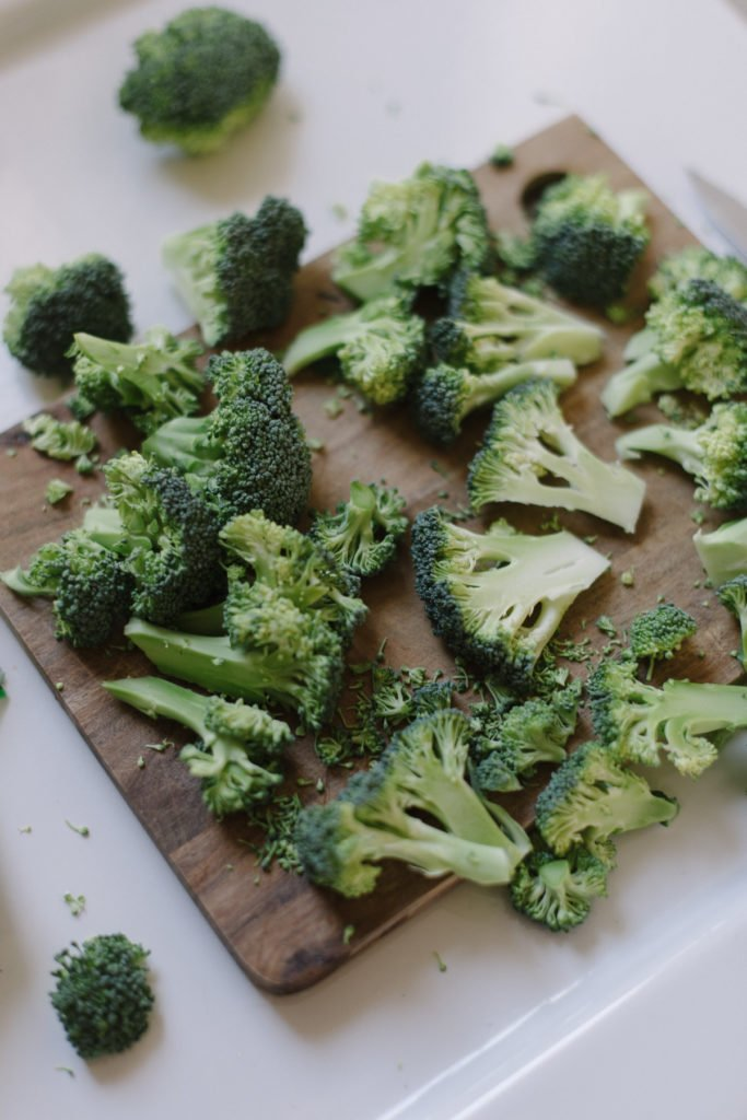 Brokkoli in Scheiben schneiden