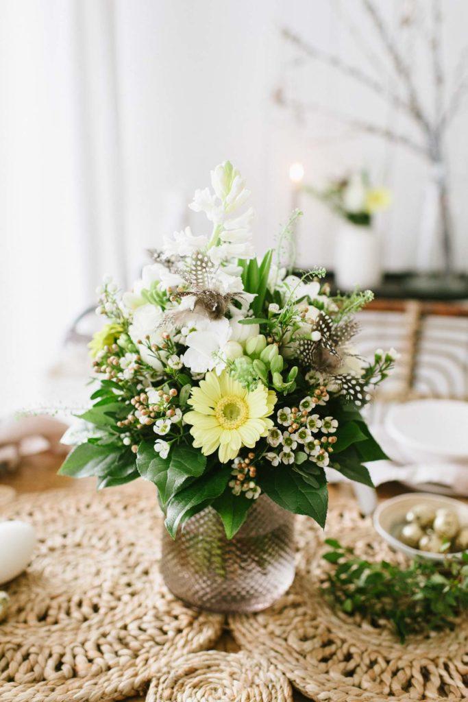 Bald ist Ostern! Wir dekorieren für Ostern in natürlichen Farben und mit bunten Blütenträumen. Der Blumenstrauß lässt die Vorfreude steigen!