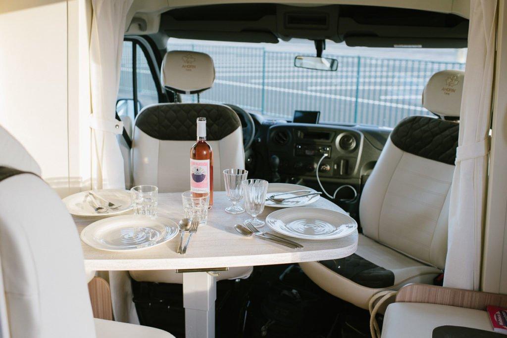 Sitzwecke im Alkovenwohnmobil