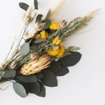 Trockenblumenstrauß gruen gelb