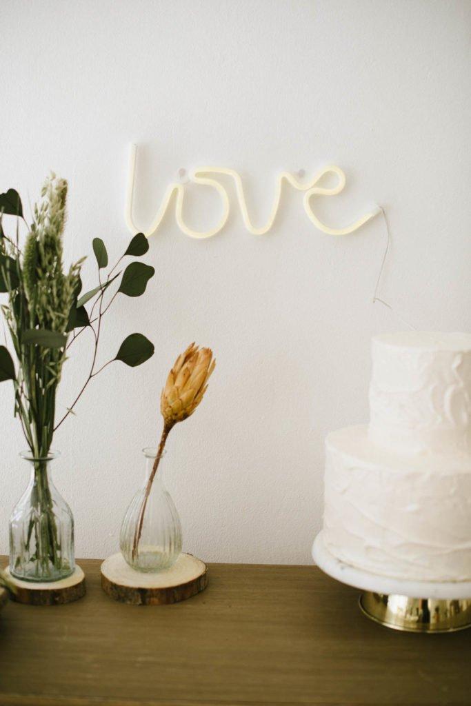 Hochzeitsdekoration ohne Kerzen: Eine leicht umzusetzende Tischdeko, preiswert und ein Stil der auch super nutzbar für andere Anlässe ist.