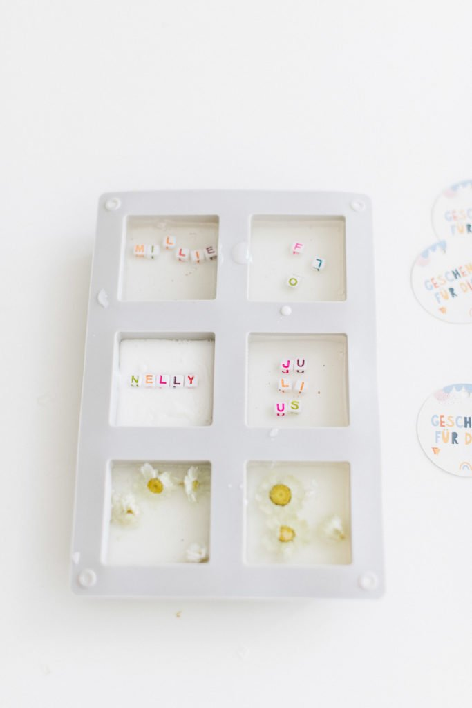 DIY Buchstaben-Seife: Gastgeschenk zur Einschulung
