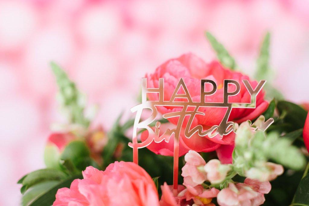 Pinke Geburtstagsdeko mit Pfingstrosen