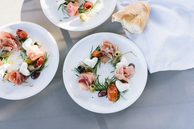 Einfaches Rezept: Mediterraner Vorspeisenteller für Feste, Freunde und lange Sommerabende.