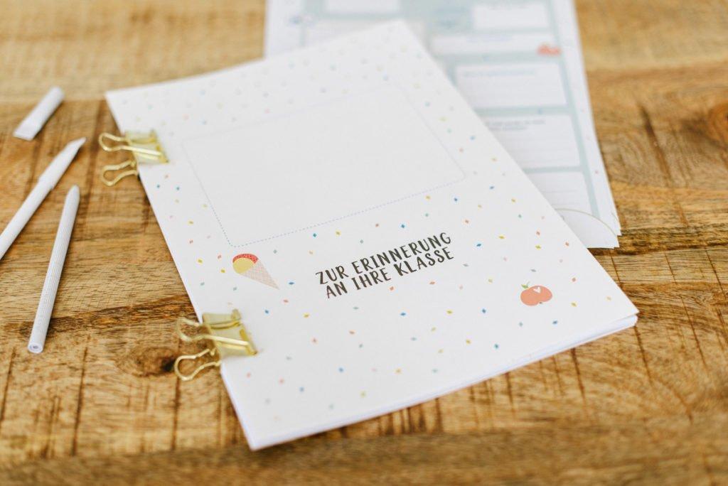 Abschied Lehrer Freundebuch Konfetti - Abschiedsgeschenk für Lehrer: Freundebuch Vorlage zum selbst ausdrucken, ausfüllen und binden. Geschenkidee zum gratis Download auf dem Blog!