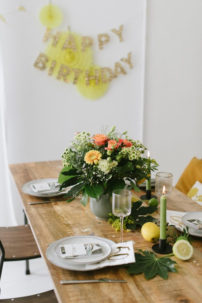 50. Geburtstag feiern mit sommerlicher Geburtstagsparty - Jubiläumsgeburtstag fröhlich feiern mit atemberaubender Deko und Blumen