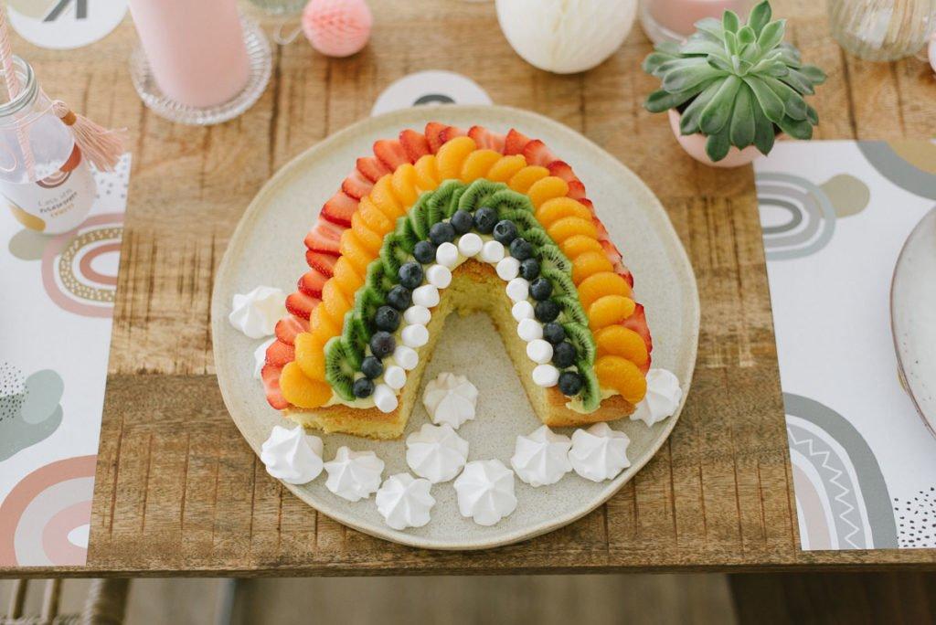 Regenbogen Rezept: Frischer Regenbogen-Obstkuchen mit Biskuit